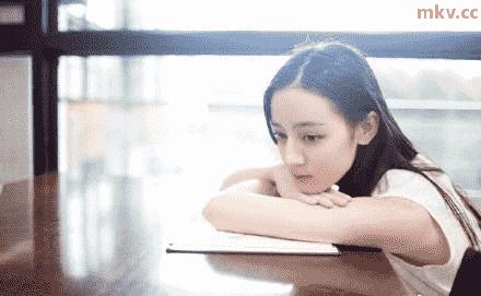 照片中,迪丽热巴身穿学士服素颜出镜,贴脸比v清纯可爱,皮肤都可以嫩