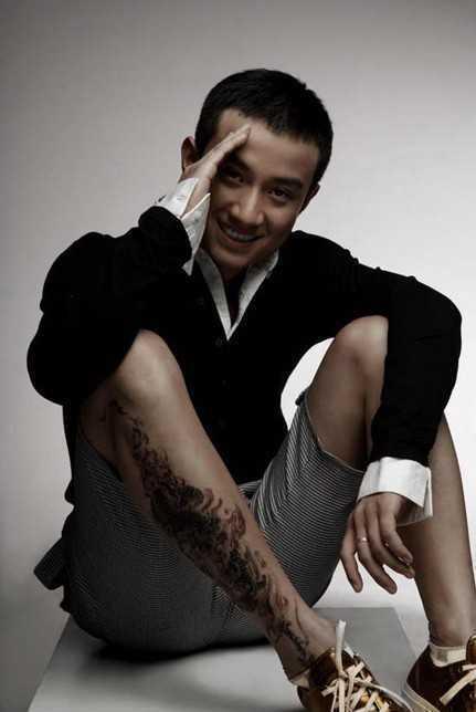 据文章自己介绍,他右小腿的纹身图案是一条马头龙身的动物.