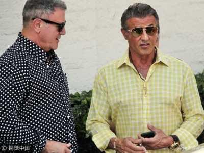 史泰龙格子衬衫 史泰龙与弟弟街头偶遇热聊叙旧
